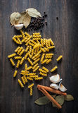 Pasta, foglia di alloro, aglio, pepe, un canale su fondo di legno Fotografie Stock Libere da Diritti