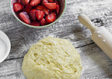 Pasta, fresa, azúcar - ingredientes para hacer la empanada de la fresa Imagenes de archivo