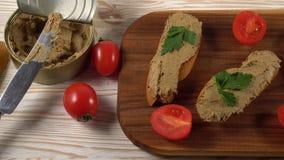 Pasta fresca com pão na tabela de madeira video estoque