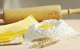 Pasta fresca con farina e l'uovo Fotografia Stock