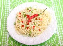 Pasta fresca con il peperoncino rosso e le cipolle Immagini Stock