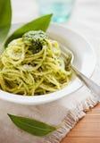 Pasta fresca con il pesto dell'aglio selvaggio Fotografia Stock Libera da Diritti