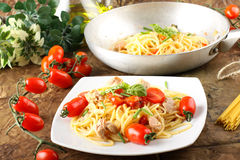 Pasta with fresh tomatoes, tuna and basil Stock Photography