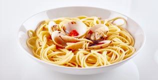 Pasta gastronomica della paella con le coperture sul piatto bianco immagine stock libera da diritti