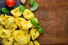 Pasta gialla dei tortellini con lo spazio della copia Fotografia Stock