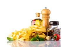 Pasta gialla di tagliatelle con i condimenti e le spezie dell'alimento Fotografia Stock Libera da Diritti