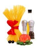 Pasta grezza con il pomodoro, olio, pepe Fotografia Stock