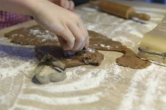 Pasta hacia fuera para las galletas de la Navidad Imagen de archivo libre de regalías