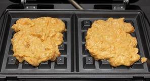 Pasta hecha en casa para las galletas de la zanahoria en un hierro de galleta fotografía de archivo libre de regalías