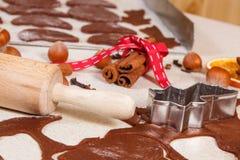 Pasta, ingredientes y accesorios para el pan de jengibre que cuece, concepto del tiempo de la Navidad Imagenes de archivo