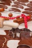 Pasta, ingredientes y accesorios para el pan de jengibre que cuece, concepto del tiempo de la Navidad Imagen de archivo libre de regalías