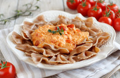 Pasta intera con il formaggio di stracchino ed i pomodori freschi immagine stock