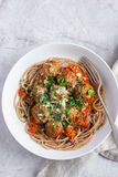 Pasta intera degli spaghetti del grano con le polpette e la salsa al pomodoro Fotografia Stock
