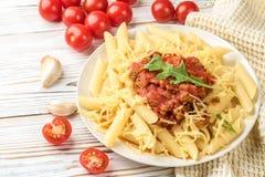 Pasta italiana bolognese dalla carne tritata di rigatone del penne della pasta in salsa al pomodoro e parmigiano immagini stock libere da diritti