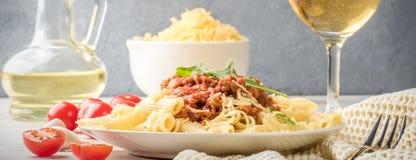 Pasta italiana bolognese dalla carne tritata di rigatone del penne della pasta in salsa al pomodoro e parmigiano fotografie stock