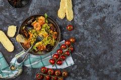 Pasta italiana casalinga dei frutti di mare con le cozze ed il gamberetto immagine stock