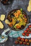 Pasta italiana casalinga dei frutti di mare con le cozze ed il gamberetto fotografia stock