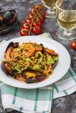 Pasta italiana casalinga dei frutti di mare con le cozze ed il gamberetto fotografie stock