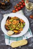 Pasta italiana casalinga dei frutti di mare con le cozze ed il gamberetto immagini stock libere da diritti