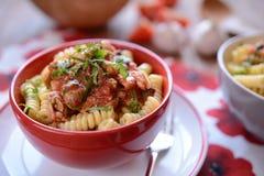 Pasta italiana con carne di pollo e salsa al pomodoro Immagini Stock Libere da Diritti