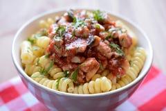 Pasta italiana con carne di pollo e salsa al pomodoro Immagini Stock