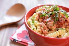 Pasta italiana con carne di pollo e salsa al pomodoro Fotografia Stock