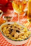 Pasta italiana con i funghi e la carne del pollo Fotografia Stock