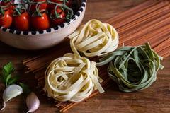 Pasta italiana con i pomodori e l'aglio Fotografie Stock Libere da Diritti