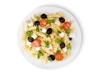 Pasta italiana con i pomodori, le olive ed il formaggio fotografia stock libera da diritti