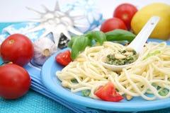 Pasta italiana con il pesto Immagini Stock