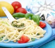 Pasta italiana con il pesto Fotografie Stock Libere da Diritti