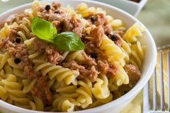 Pasta italiana con il tonno, i peperoni neri ed i pomodori Immagini Stock