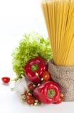 Pasta italiana con la cottura degli ingredienti su un fondo bianco Immagine Stock