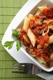 Pasta italiana con la salsa ed il parmigiano di pomodori Fotografia Stock Libera da Diritti