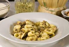 Pasta italiana con lo sgombro (Orecchiette) Immagini Stock Libere da Diritti
