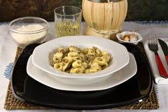Pasta italiana con lo sgombro (Orecchiette) Fotografie Stock Libere da Diritti