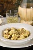 Pasta italiana con lo sgombro (Orecchiette) Fotografia Stock