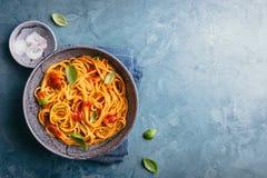 Pasta italiana con salsa al pomodoro in ciotola Immagini Stock