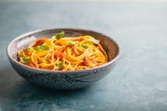 Pasta italiana con salsa al pomodoro in ciotola Fotografie Stock