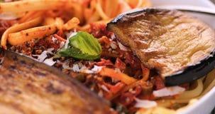 Pasta italiana con salsa al pomodoro e la melanzana Fotografie Stock Libere da Diritti