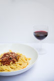 Pasta italiana con una tazza di vino Immagini Stock