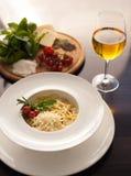 Pasta italiana con vino bianco Fotografia Stock