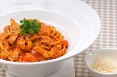 Pasta italiana degli spaghetti con il pomodoro ed il pollo Fotografie Stock