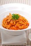 Pasta italiana degli spaghetti con il pomodoro ed il pollo Fotografia Stock Libera da Diritti