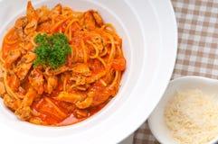 Pasta italiana degli spaghetti con il pomodoro ed il pollo Immagine Stock Libera da Diritti