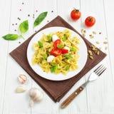 Pasta italiana del farfalle con i pomodori, il basilico e la mozzarella Fotografia Stock Libera da Diritti