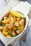 Pasta italiana del limone e del salmone fotografie stock libere da diritti