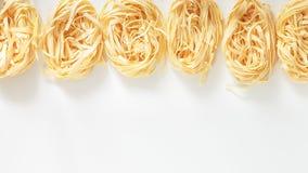 Pasta italiana del nido del Fettuccine su fondo leggero Fotografie Stock Libere da Diritti