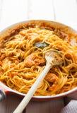 Pasta italiana della salsa al pomodoro e del gamberetto fotografie stock