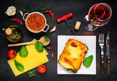 Pasta italiana delle lasagne al forno con vino e gli ingredienti di cottura Immagine Stock Libera da Diritti